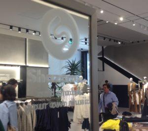 shazam in store mango xusgarcia cx 300x266 - La nueva flagship de Mango: la tecnología en la experiencia de tienda